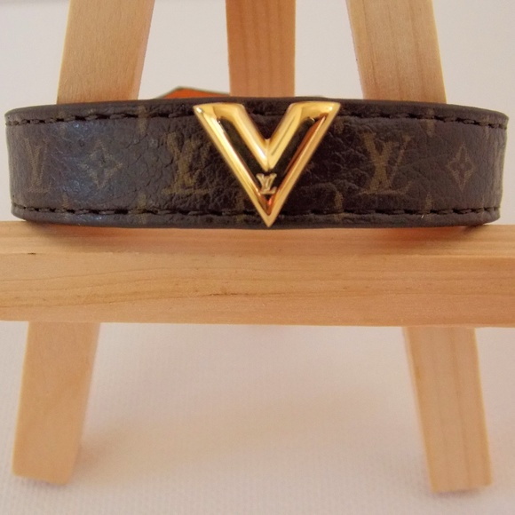 Louis Vuitton Jewelry - LOUIS VUITTON ESSENTIAL V LEATHER BRACELET